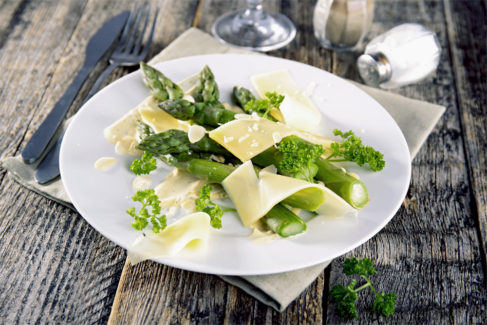 asperges fraîches et copeaux de fromage