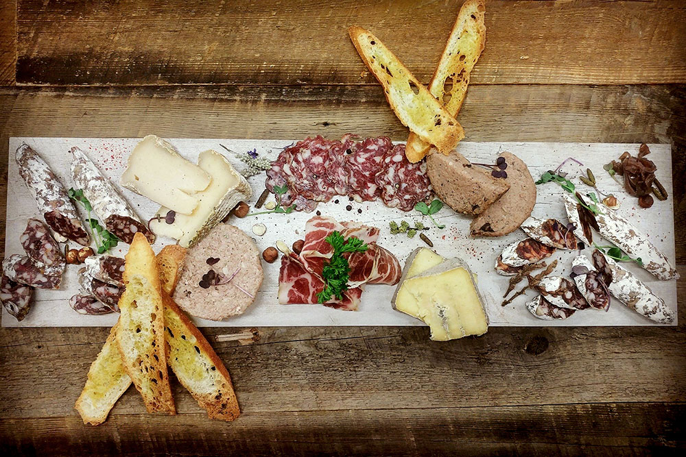 Rheinthal-viande-charcuterie-fromage-table