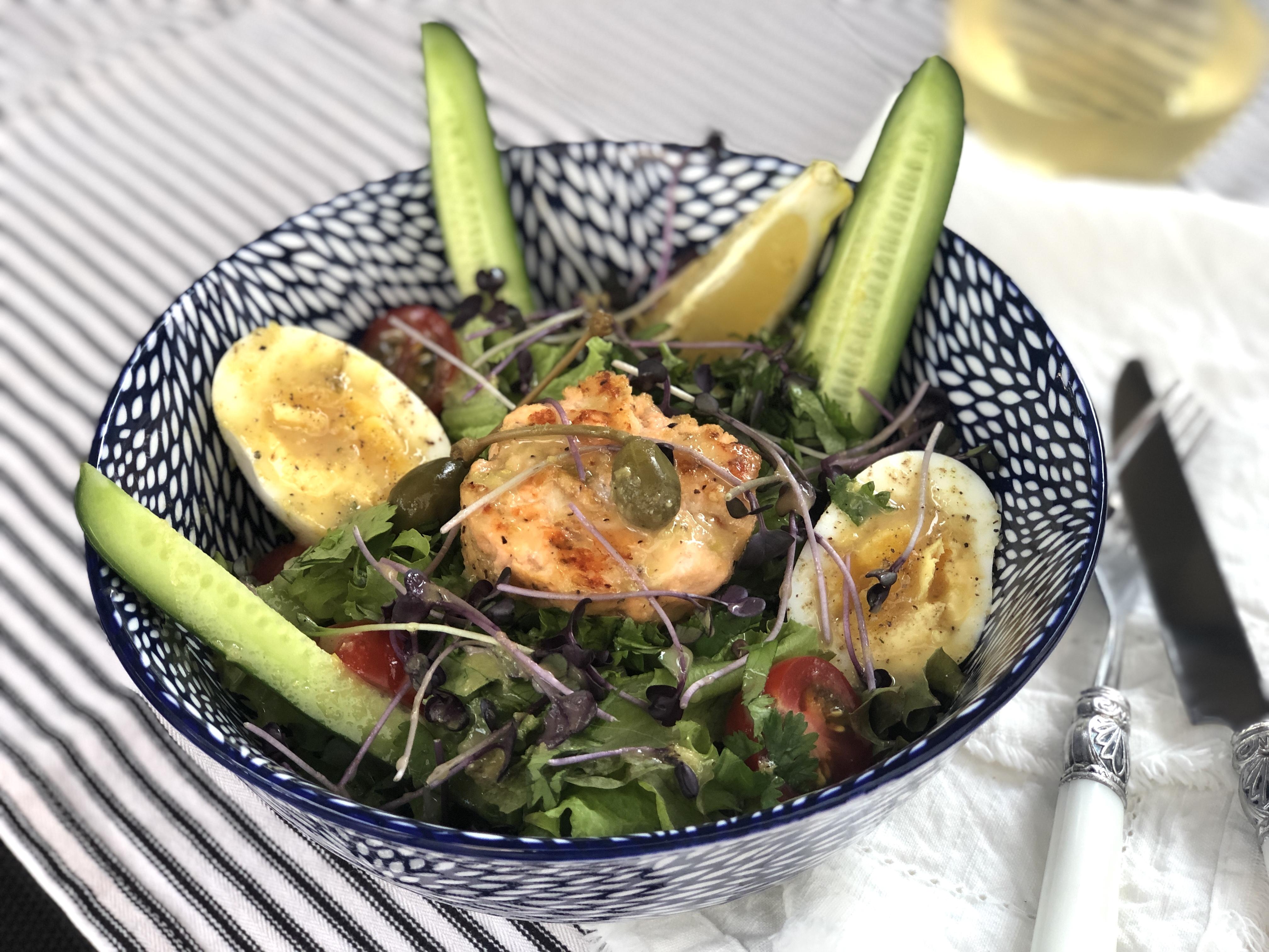 Salade repas aux palets de saumon, vinaigrette citron-dijon